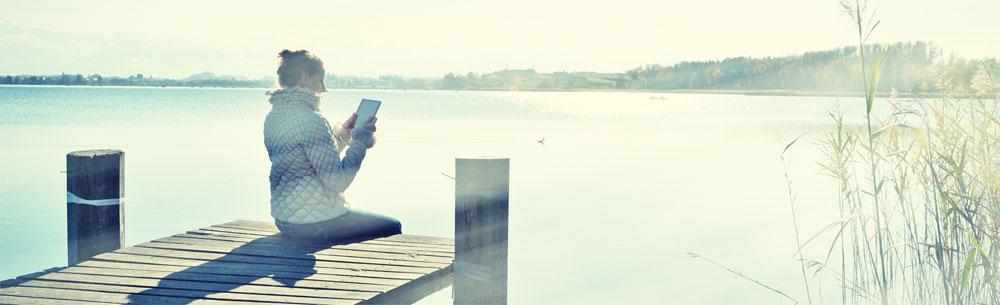 Frau-mit-Tablet-PC-am-See