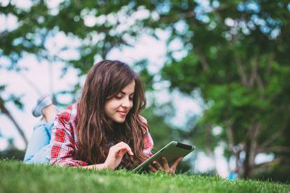 Frau-mit-tablet-datentarif